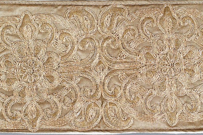 detalle de fajín bordado oro, para mujer griega o romana